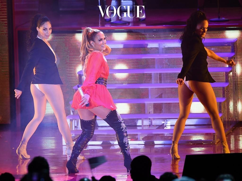 눈치채셨겠지만, 골반이 넓은 여인들 대부분은 성난 엉덩이를 갖고 있습니다. Jennifer Lopez