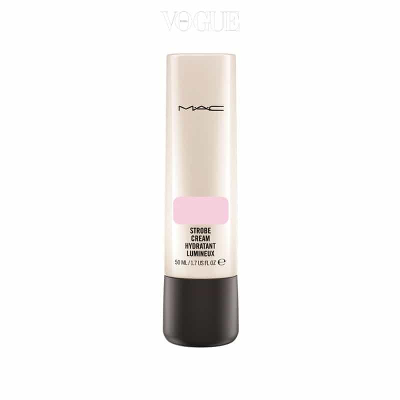 맥의 '스트롭 크림 핑크라이트' 핑크 피그먼트가 피부 색을 화사하게 보정해주며 촉촉한 윤기와 함께 수분을 공급합니다. 가격 4만8천원대.