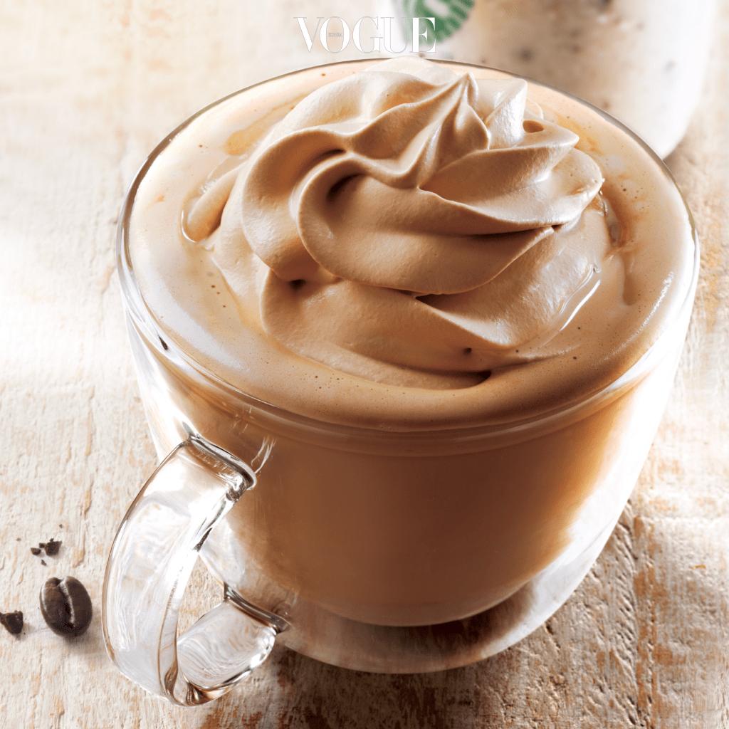진한 에스프레소와 우유, 바닐라 시럽을 넣어 마무리한 '바닐라 라떼' 위에 커피맛 휘핑 크림을 토핑했습니다. 우유의 온도에 따라 조금씩 녹아 휘핑 크림이 컵 전체에 퍼지면 커피의 맛을 더욱 즐길 수 있답니다.