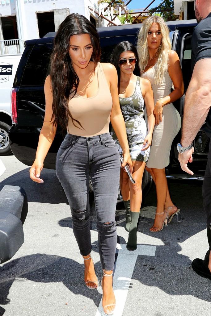 어때요, 파파라치 사진을 빠른 속도로 장악하고 있는 베이직 아이템이자 트렌드 아이템의 위력을 느끼셨나요? 킴 카다시안 Kim Kardashian
