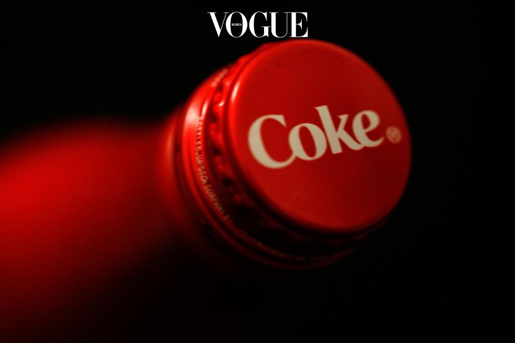 더울 때 마시는 탄산 음료 한 잔은 갈증과 더위를 한 방에 날려주는 것 같은 기분을 주죠. 하지만 알고 보면 탄산음료는 '고나트륨 혈증성 탈수증'을 유발하는 주범이랍니다. 그 중에서도 콜라에는 이뇨 작용을 촉진시키는 카페인까지 들어 있어 우리 몸과 피부의 수분을 티슈처럼 쫙쫙 흡수해버립니다.