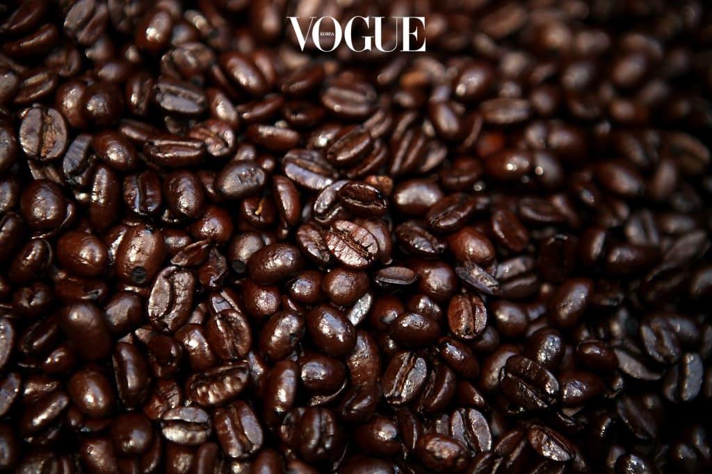 우리가 매일 한 잔 이상 마시는 커피가 탈수의 주범이라는 사실을 아시나요? 커피의 탄닌 성분은 이뇨제 작용을 해 섭취량의 약 2.5배에 해당하는 수분을 배출시킵니다. 예를 들어 200ml의 커피를 마셨다면 소변 500ml를 배출시키는 것이죠. 몸의 수분을 유지하기 위해서는 커피 한 잔당 같은 양 이상의 물을 섭취해야 한다는 사실을 기억하세요.