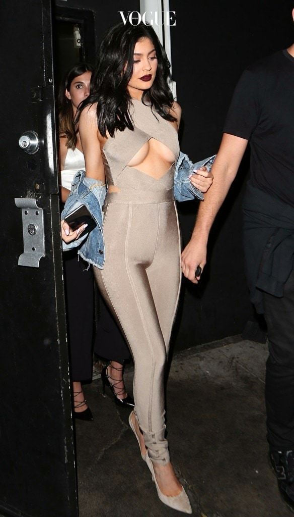 이렇게 '컷아웃'으로 오리거나 '슬릿'으로 찢은 디자인으로 그동안 감춰왔던 속살을 대놓고 드러내는 스타들. 카일리 제너 Kylie Jenner