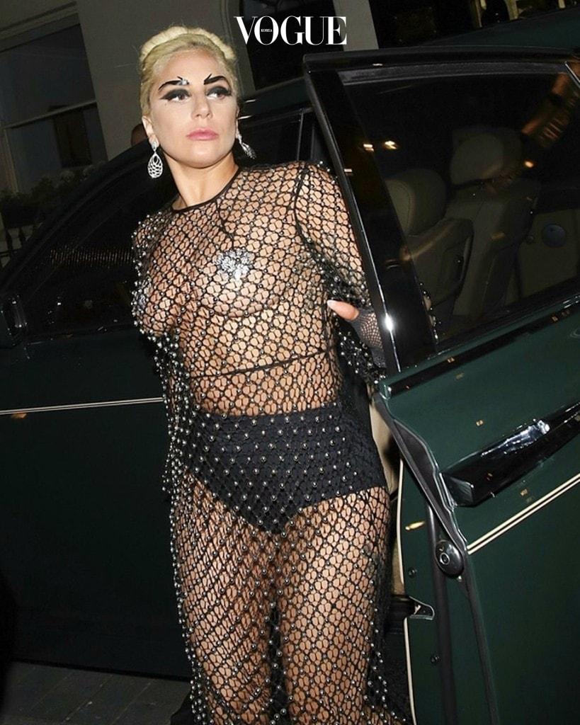 19금 영화 보다 더욱 파격적인 실제 상황, 과연 이 노출이 현실 세계에도 불어 닥칠지 궁금해지는 대목입니다. 레이디 가가 Lady Gaga