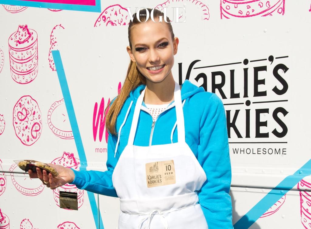 2012년에는 글루텐이 일체 첨가되지 않은 쿠키 'KLOSSIES' 사업을 시작하기도 했습니다. 뉴욕에서 베이커리로 명성난 'Milk Bar'사와 협업하여 탄생한 이 쿠키는 수익금의 10%를 암투병으로 고생하는 아동과 패션 디자이너를 꿈꾸는 청소년을 위한 장학금으로 쓰이고 있답니다.
