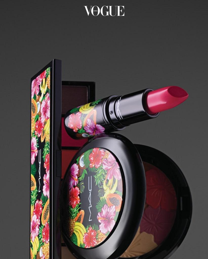 열대지방 꽃과 과일의  화려한 색감을 색조에 녹여낸 맥 '프루티 쥬시' 컬렉션. 왼쪽부터 '프룻 라라/아이섀도우×6' '립스틱 러브 앳 퍼스트 바이트' '펄매트 페이스 파우더'.