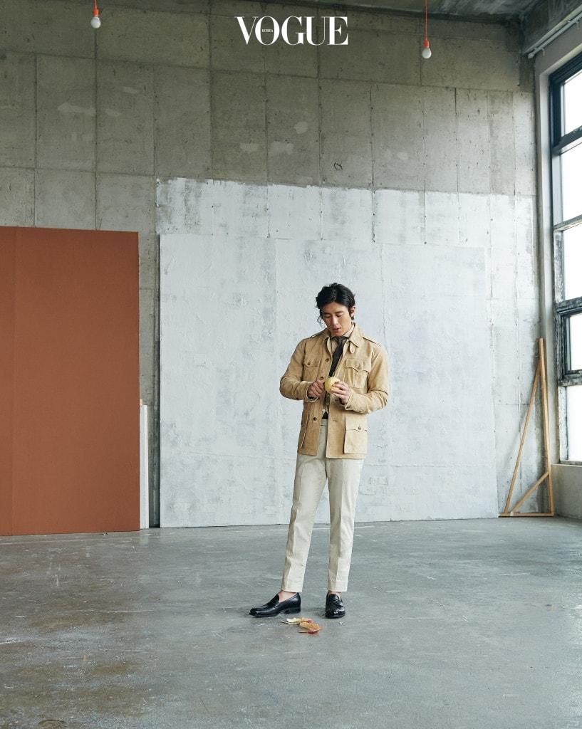 베이지 컬러의 리넨 셔츠, 베스트, 스웨이드 사파리 재킷은 폴로 랄프 로렌(Polo Ralph Lauren).