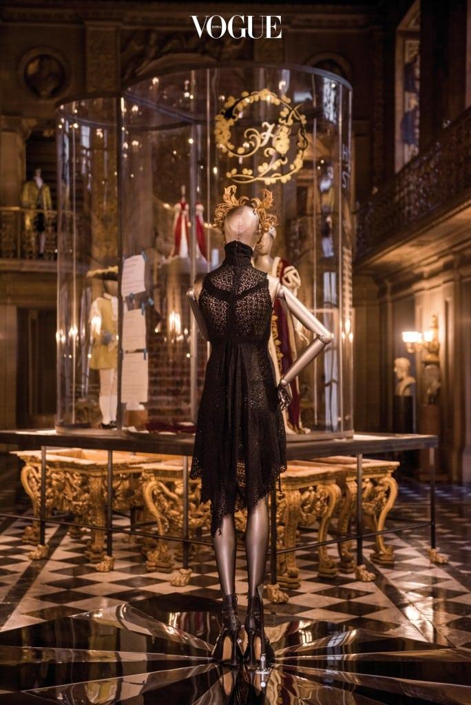 스텔라 테넌트가 알렉산더 맥퀸 쇼에서 입고, 선물 받았던 블랙 레이스 드레스도 전시 초반에 만날 수 있다.