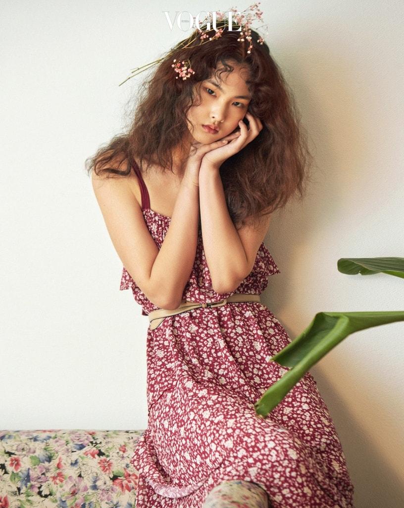 잔잔한 꽃무늬에 러플 장식을 더하니 70년대풍 레트로 드레스가 탄생했다.
