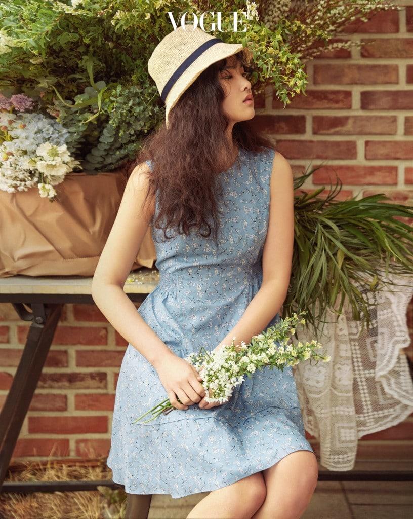 허리 부분에 주름 디테일이 들어간 꽃무늬 슬리브리스 원피스.