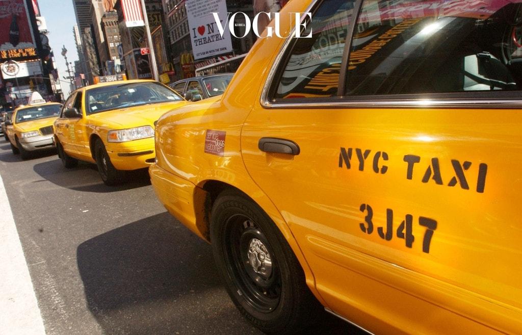 """에서 캐리는 늘 뉴욕의 상징인 노란 택시를 타고 다녔다. 여전히 뉴욕에는 노란 택시들이 눈에 띄지만 그보다 더 많은 수의 앱기반 택시들이 도로를 공유한다. 손을 내밀어 택시를 잡는 풍경대신 앞에 선 택시를 향해 """"우버인가요?"""" """"리프트인가요?"""" """"비아인가요?""""라고 묻는 게 일상이 된 뉴욕의 택시 풍경. 뉴욕의 새로운 택시들을 소개한다."""