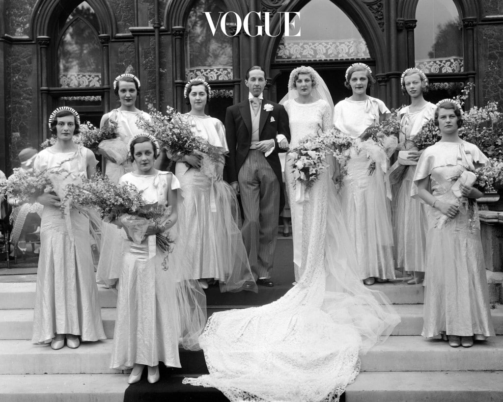 지난 날 블랙 앤 화이트의 깔끔한 단체 사진도 좋지만 결혼식 복장이 자유로운 만큼 단체 사진에 개성을 더하는 시대가 된 요즘!