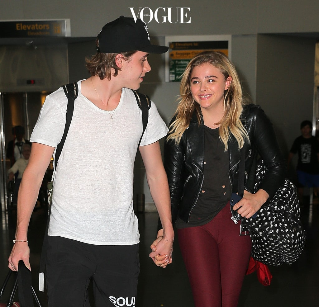 Chloe Moretz and Brooklyn Beckham have eyes only for each other at JFK airport in New York Pictured: Chloe Moretz and Brooklyn Beckham Ref: SPL1311471  300616   Picture by: Splash News Splash News and Pictures Los Angeles:310-821-2666 New York:212-619-2666 London:870-934-2666 photodesk@splashnews.com
