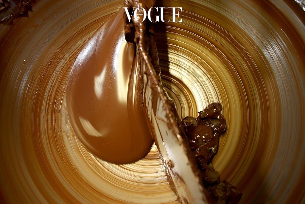 10 다크 초콜렛 두뇌의 노화방지는 물론 스트레스 조절에도 탁월한 효과가 있는 다크 초콜렛. 하루에 한두 개씩 꾸준히 먹으면 단기 기억력을 높이는데 큰 도움을 준답니다. 카카오에 다량 함유된 폴리페놀 성분이 항산화 기능을 하고 초콜렛의 주원료인 카카오에는 혈액을 원활하게 돌 수 있도록 도와주는 성분이 들어있기 때문이죠. 단, 달콤한 밀크 초콜렛을 다크 초콜렛으로 착각하면 곤란해요. 카카오 함량이 최소 70프로 이상은 되어야 한다는 사실, 기억하세요!