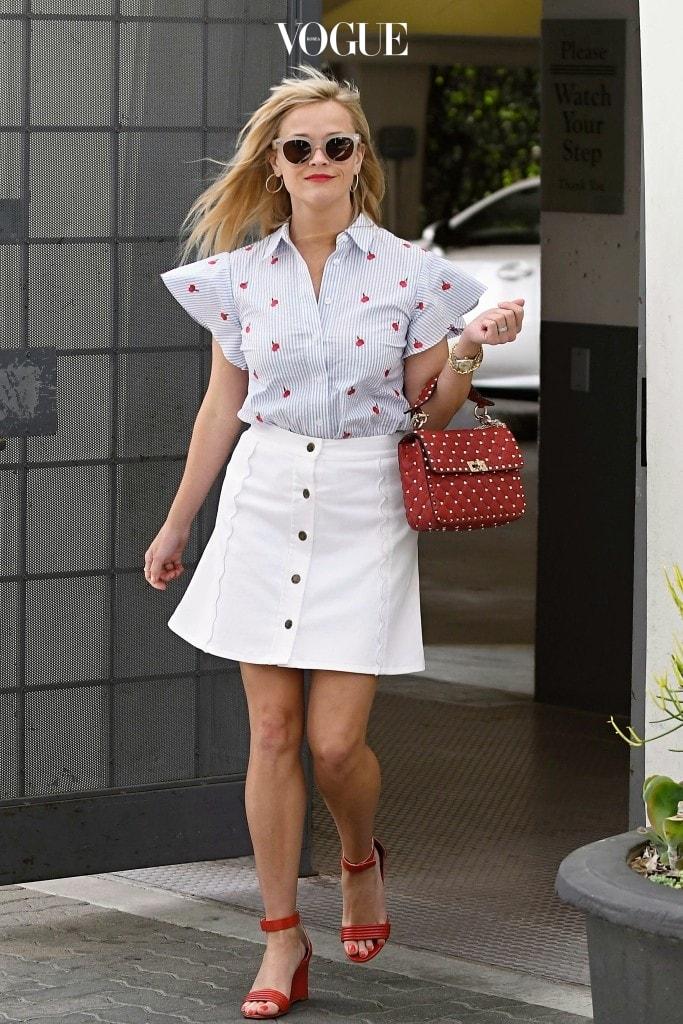 리즈 위더스푼 Reese Witherspoon 드레이퍼 제임스(Draper James) 체리 프린트 셔츠와 화이트 데님 스커트