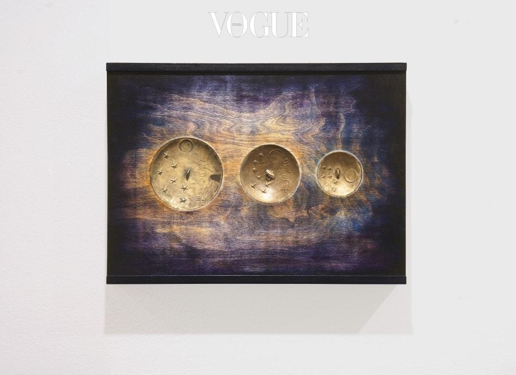 밝은 별 5(뒷면) 김상돈과 협업 2017 명두, 자작나무 판에 단청 44 x 66.6cm Courtesy of the artist and Kukje Gallery