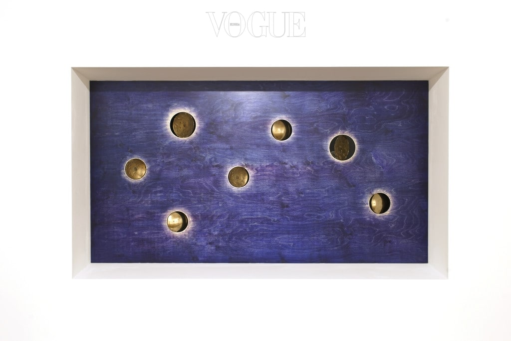 칠성도(앞면) 2017 명두, 자작나무 판에 단청 108 x 200cm Courtesy of the artist and Kukje Gallery