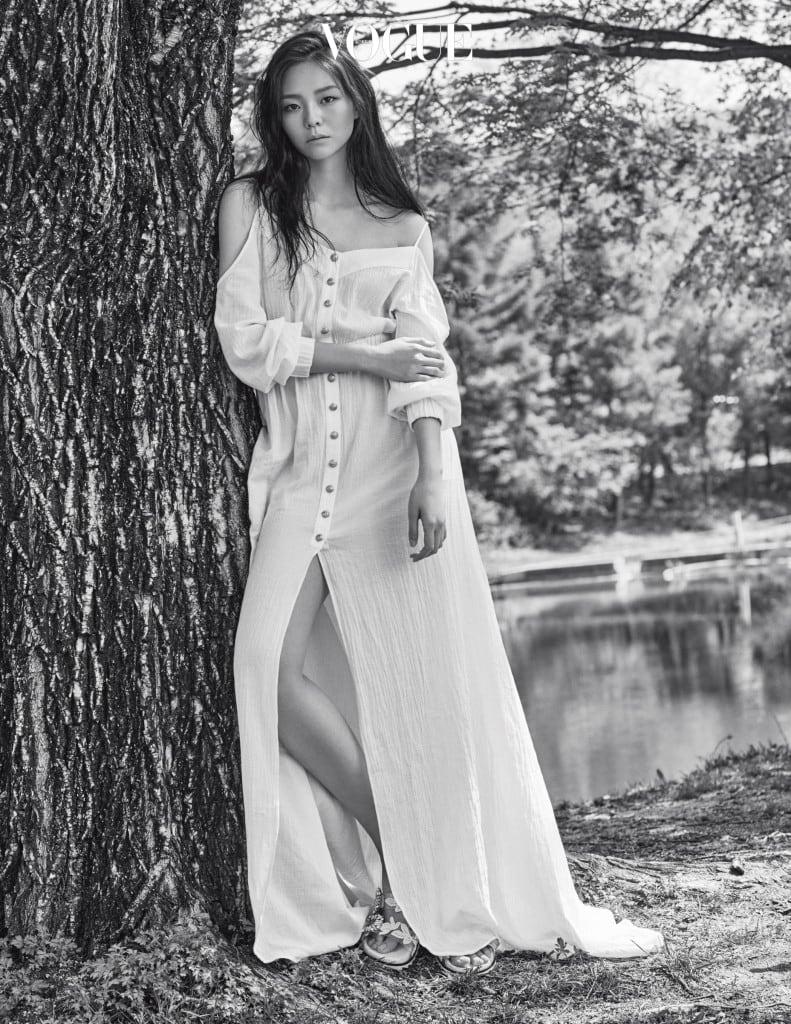 이솜이 입은 컷아웃 장식의 롱 드레스는 발맹(Balmain), 크리스털 장식의 레이스 슬라이드는 로저 비비에(Roger Vivier).PHOTOGRAPHED BY KIM HYUNG SIK