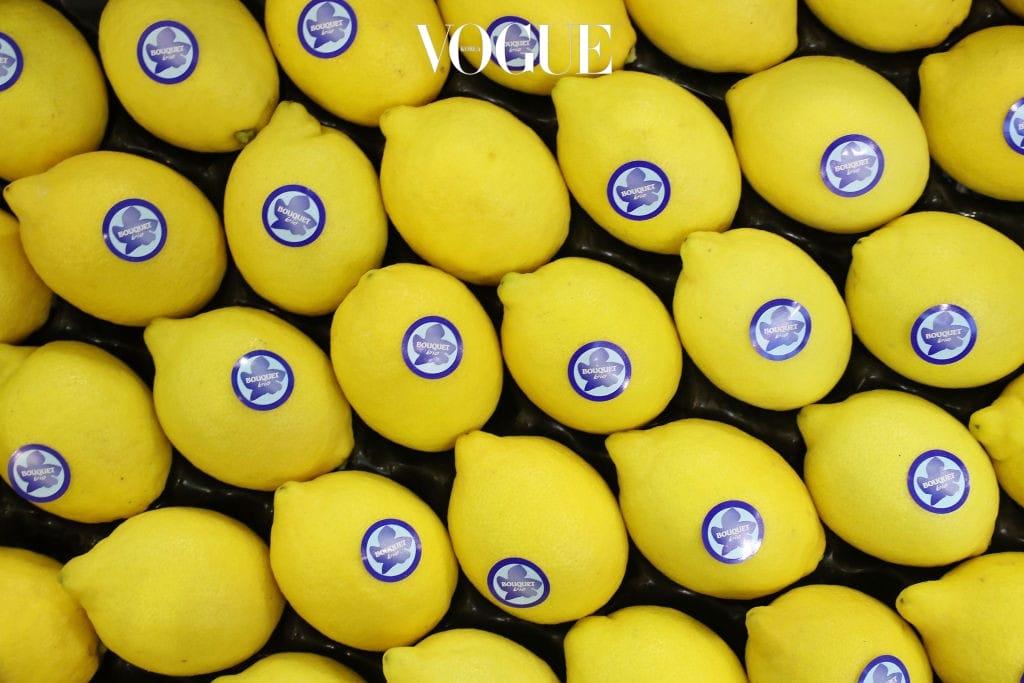 1 레몬 가장 대표적인 제로 칼로리 음식은 레몬. 한 조각당 열량은 3kcal 로 안 먹은 거나 마찬가지인 음식이죠. 레몬은 디톡스에 효과적인 것으로 유명합니다. 중요한 미팅을 앞두고 긴급 다이어트가 필요할 때, 하루에 2L 정도의 레몬 물을 마셔보세요. 체중 감량은 물론 몸 속 독소까지 제거할 수 있을테니까요.