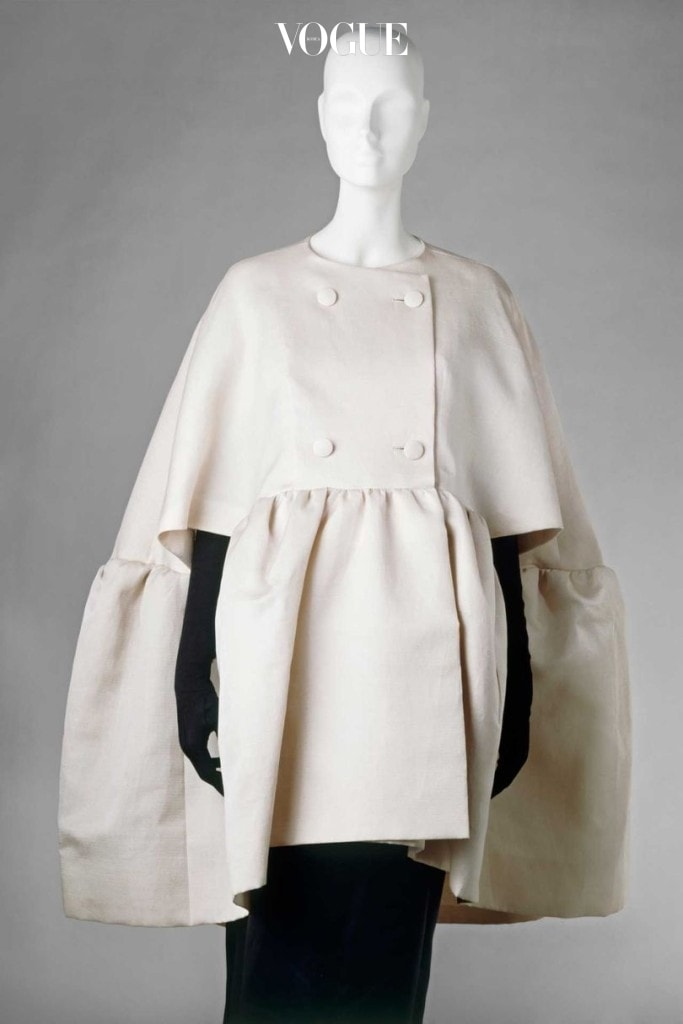 Evening cape in silk gazar lined with silk satin by Cristóbal Balenciaga, Paris, 1963