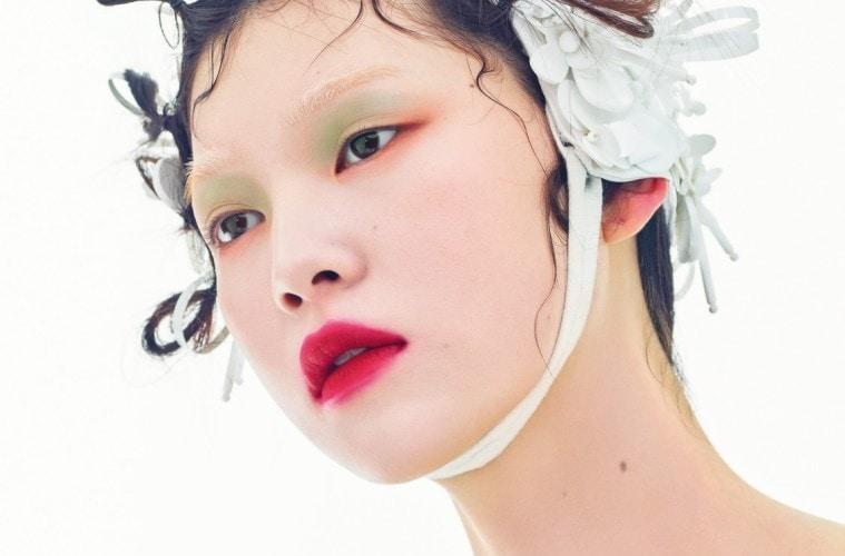 꽃보다 향기로운 그녀의 머리칼! 꽃잎 모양 수영모는 미우미우(Miu Miu), 슬리브리스 드레스는 끌로에(Chloé).
