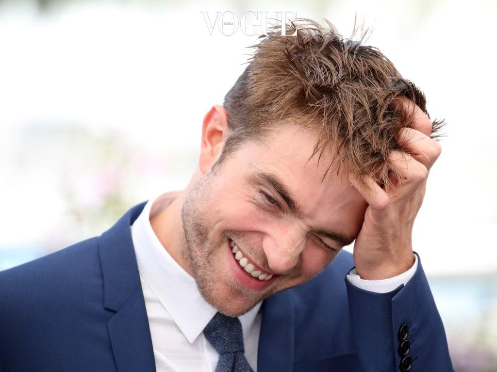 """구체적으로 특정 부위를 언급하면서 어려 보이는 이유에 대해 은근 슬쩍 코멘트를 던져 보세요. """"머리를 그렇게 하니까 훨씬 더 어려 보이네."""" """"항상 웃고 있어서 장난기 많은 소년같아."""" 하는 식으로요."""
