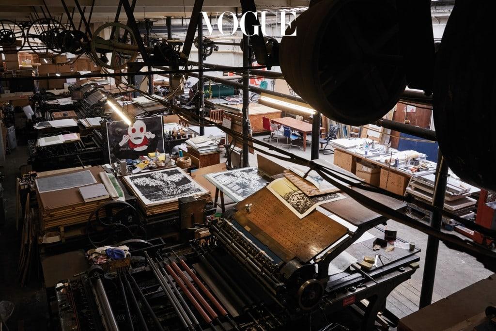 수많은 회화 작품과 작업 도구로 가득 찬 알베롤라의 작업실. 그는 여러 작품을 동시에 작업하는 스타일로, 회화와 회화 작업 사이에 조형 작업을 하기도 한다. 작업실 한쪽 사무실에서 동료 예술가들과 열띤 토론을 벌이기도 한다.