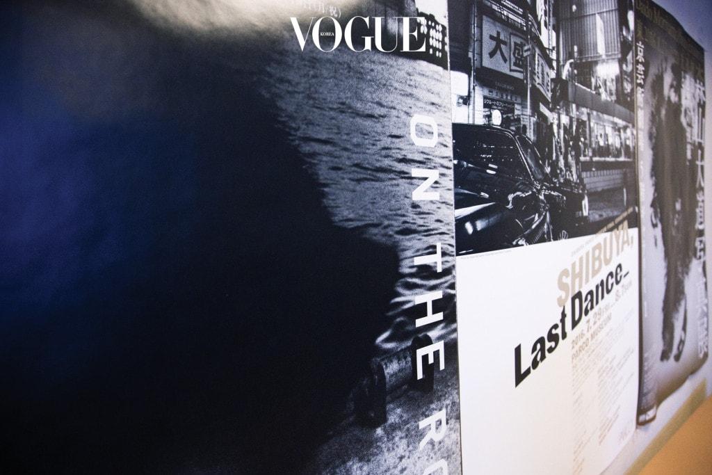 26개 패널에 부착된 3,262장의 컬러 폴라로이드 사진으로 구성한 설치물 '폴라로이드 폴라로이드(Polaroid Polaroid)'. 이번 까르띠에 전시를 통해 한국에 처음 소개하는 모리야마 다이도의 작품이다.