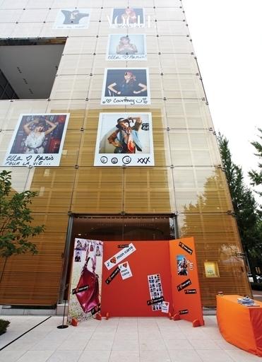 """2010년 8월에 열린 젬 몽 카레(J'aime Mon Carré) 행사. """"나는 스카프를 사랑해요""""라는 의미로 에르메스 스카프를 젊은 감각으로 다룬 프로젝트였다."""