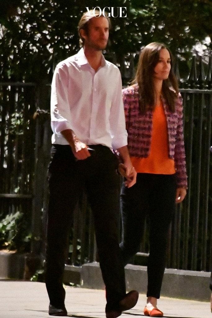 화사한 오렌지색 티셔츠에 핑크식 트위드 재킷을 입어 발랄한 데이트 룩 완성,