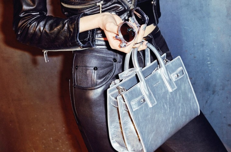 A LA DISCOTHEQUE크로스 백으로도 착용 가능한 나노 사이즈 실버 백. 클럽에 갈 때 적당하다.