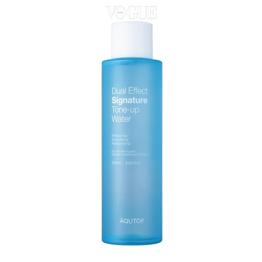 정제수 대신 물보다 빠른 흡수력으로 피부 보습력을 높여주는 셀비오니끄 워터를 함유해 당김이 심한 건성 피부를 가진 분들에게 특히 추천해요. 다음 제품의 흡수를 돕는 부스트 효과가 있어 더욱 감동적이랍니다. 미백과 주름 기능성으로 한층 밝고 깨끗한 피부톤을 확인할 수 있을 거예요. 250ml, 가격 2만 9천 원.