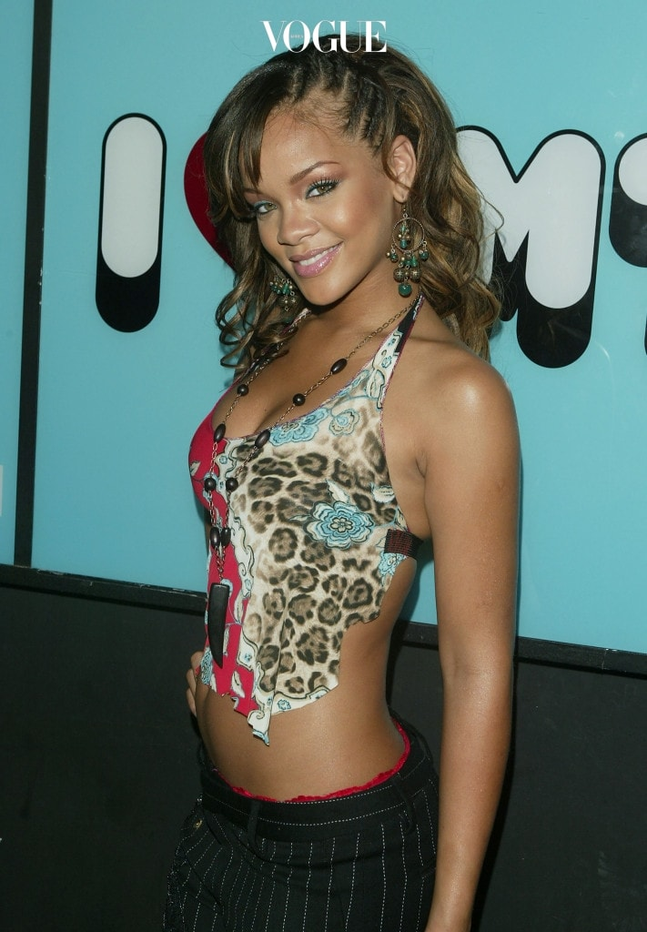 카리브 해의 작은 섬나라, 바베이도스에서 태어난 리한나(Robyn Rihanna Fenty)는 17살이 되던 해 프로듀서 에반 로저스에 눈에 띄어 미국으로 떠나게 됩니다. 당시 '데프잼' 레이블 사의 대표였던 제이 지(Jay Z)앞에서 춤과 노래를 선보였고, 곧 레코드 계약을 체결하게 됩니다.