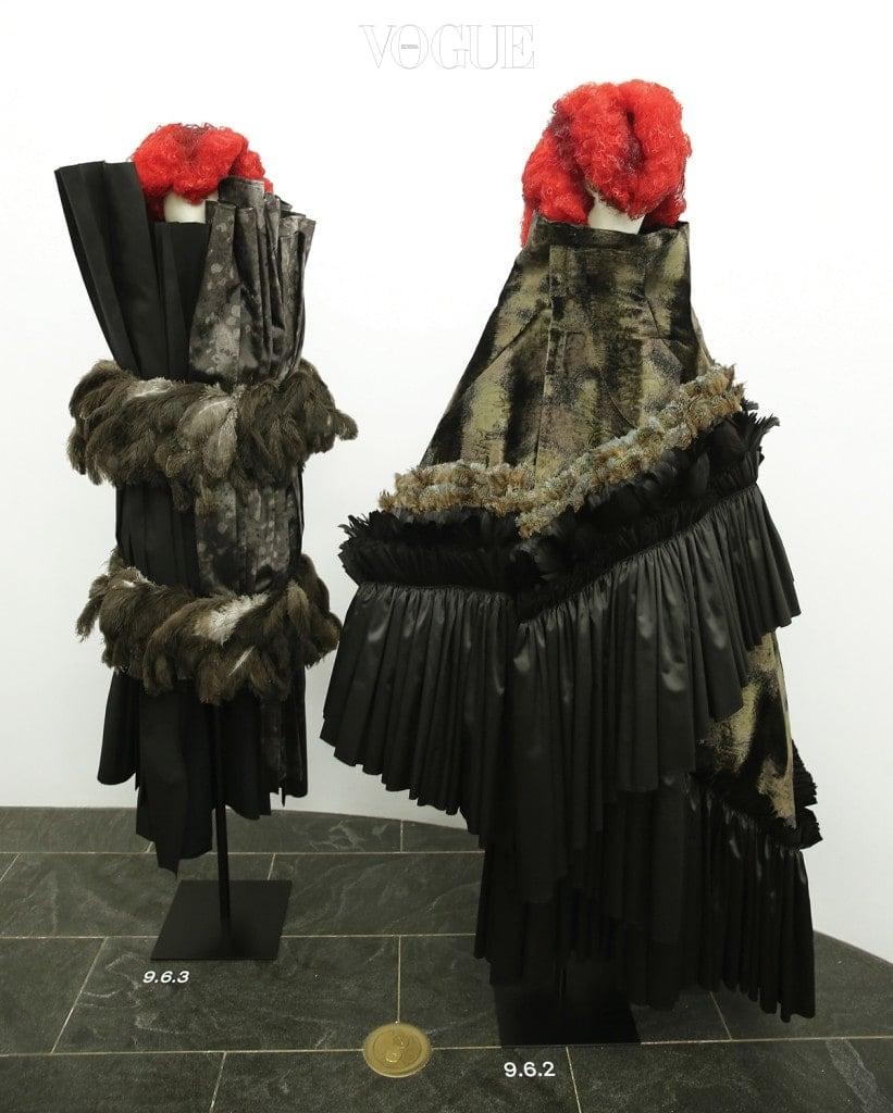 '푸른 마녀'라는 주제 아래 선보인 2016년 봄 컬렉션의 두 작품.