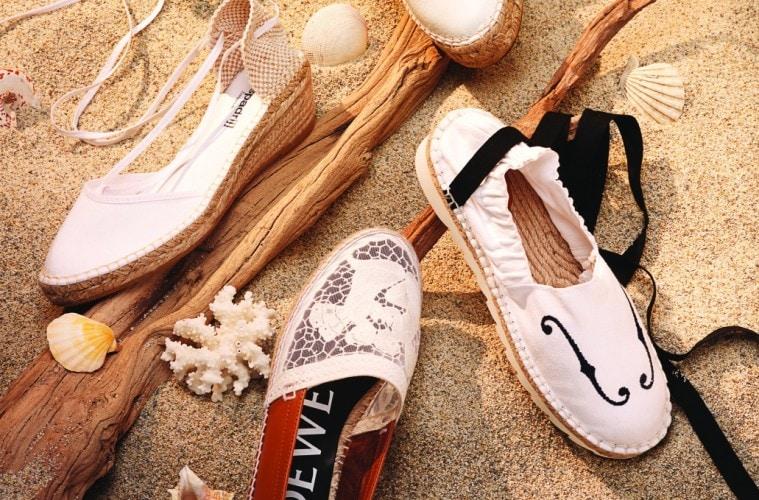 (위부터 시계방향) 지퍼가 달린 가죽 신발은 알렉산더 왕(Alexander Wang), 바이올린 무늬가 새겨진 신발은 언더커버(Undercover at Ecru), 앞코가 메쉬와 자수로 장식된 신발은 로에베(Loewe),  발목을 묶을 수 있는 끈이 달린 웨지 힐은 에스빠드류 로히지날(Espadrij l'orignale).