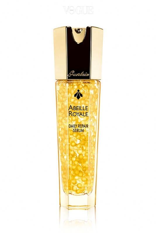 겔랑 '아베이 로얄 데일리 리페어 세럼', 가격 20만원대 유효 성분이 원형 상태로 보존되어 있는 탄력 세럼! 프랑스의 청정 지역에서만 서식하는 블랙 비로부터 얻어진 로얄 젤리와 위쌍 허니가 함유된 제품입니다.