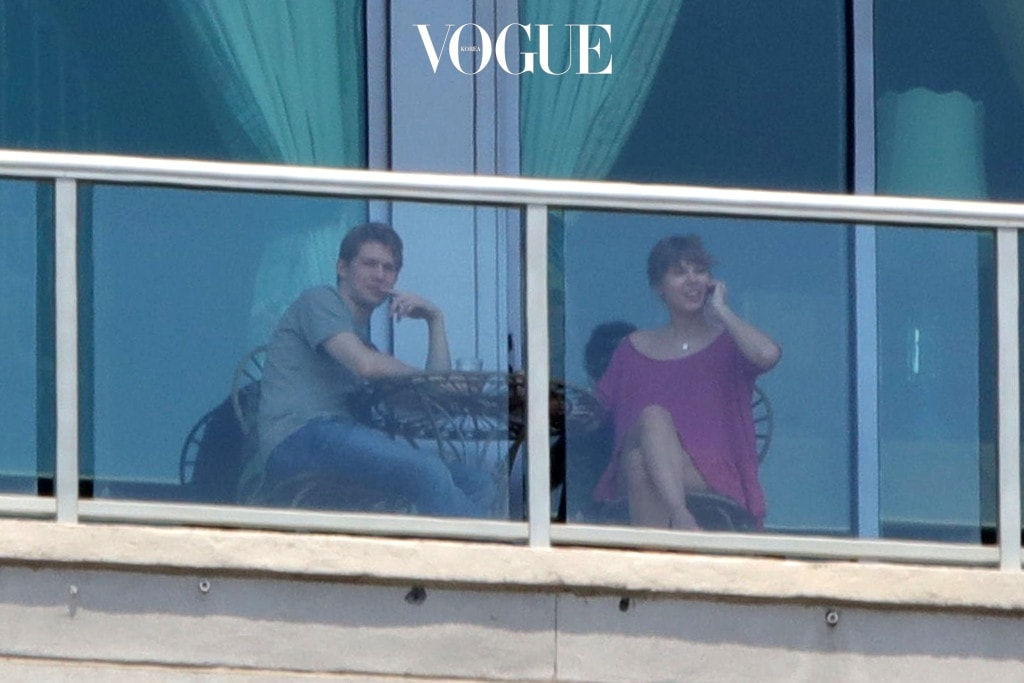 EXCLUSIVE: ***PREMIUM EXCLUSIVE RATES APPLY, NO WEB UNTIL 12.01am GMT MONDAY JUNE 5Th 2017*** Taylor Swift shows boyfriend Joe Alwyn the view over morning coffee in Nashville, Tennessee. Smitten Taylor, in a loose red dress and bare feet, beamed as she pointed out the sights across her home town to the rising British star. Pictured: Taylor Swift and Joe Alwyn Ref: SPL1511506  040617   EXCLUSIVE Picture by: Splash News Splash News and Pictures Los Angeles:310-821-2666 New York:212-619-2666 London:870-934-2666 photodesk@splashnews.com