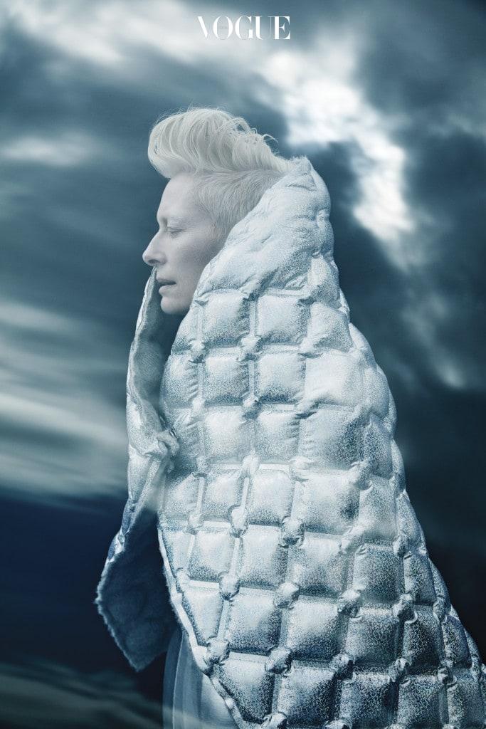 은색 퀼팅 스톨은 우주여행에서 영감을 얻은 에어스페이스 컬렉션의 상징적 아이템이다. 스톨은 샤넬(Chanel).