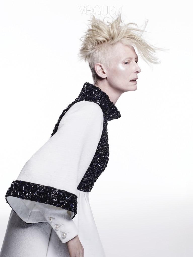 독특한 광택의 블랙 스톤을 장식한 벨 슬리브 드레스는 샤넬(Chanel).