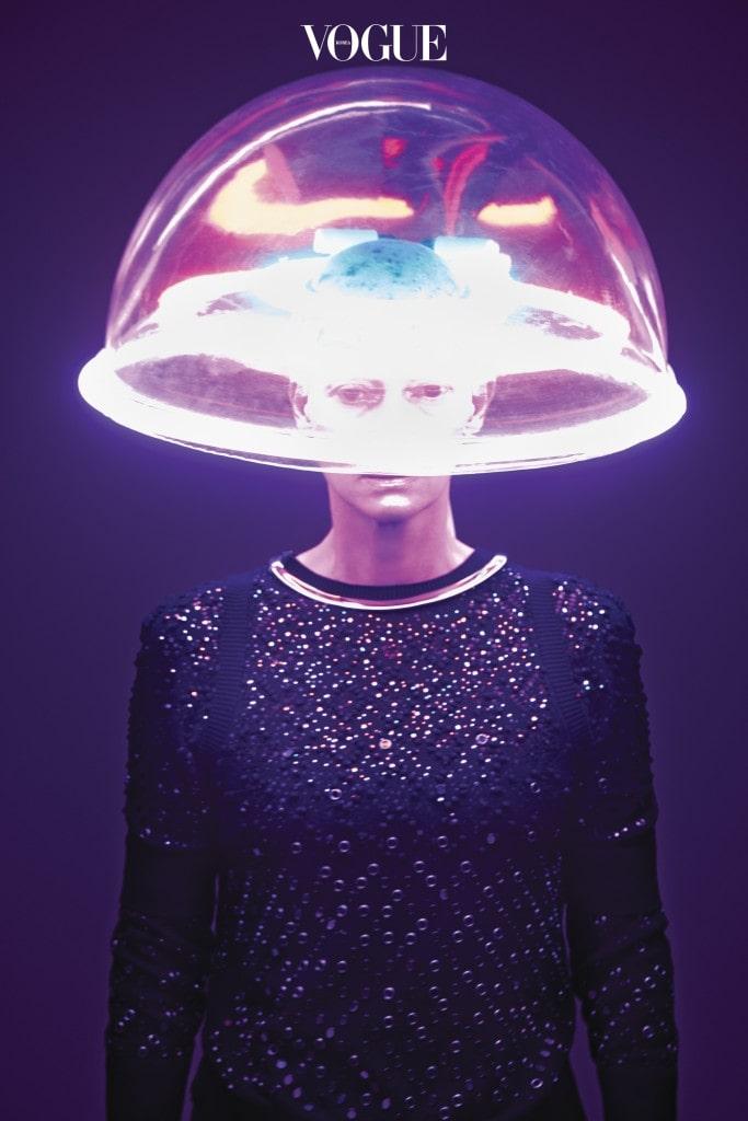 색색의 스와로브스키 크리스털과 스톤을 흩뿌린 스웨터는 샤넬(Chanel), 네온을 장착한 플라스틱 모자는 피어스 앳킨슨(Piers Atkinson).