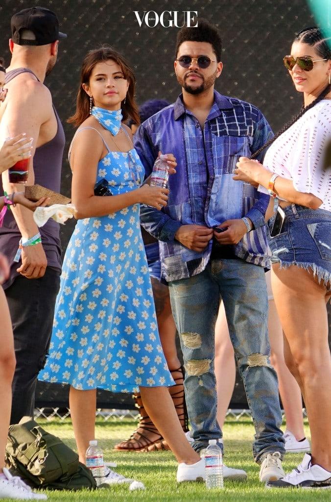 조금더 드레스업을 하고 싶다면? 통통 튀는 색상을 선택하세요. 구화꽃 무늬가 새겨져있는 하늘색 드레스를 입는 셀레나 고메즈 (Selena Gomez).