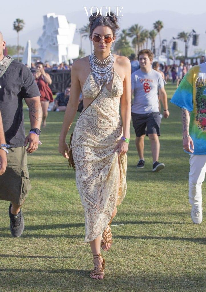 켄달 제너 (Kendal Jenner)처럼 롱 드레스를 입으면 드레시한 느낌이 배가 됩니다.