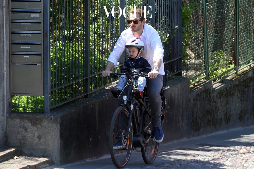 Michelle Hunziker and Tomaso Trussardi on the bicycle in Bergamo with their daughters Sole and Celeste Pictured: Michelle Hunziker, Tomaso Trussardi, Sole Trussardi and Celeste Trussardi Ref: SPL1486740  290417   Picture by: Splash News Splash News and Pictures Los Angeles:310-821-2666 New York:212-619-2666 London:	870-934-2666 photodesk@splashnews.com