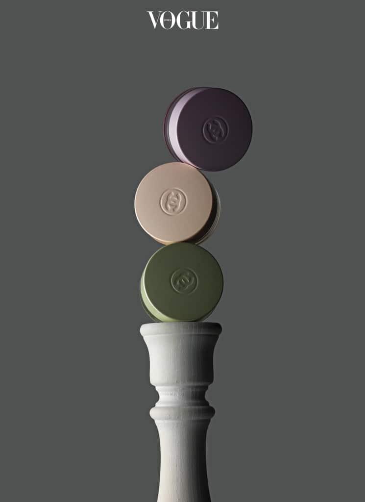 CHANEL 'CHANCE SHIMMERING GEL TRIO'샤넬 샹스 시리즈의 향을 머금은 휴대용 향수 '샹스 쉬머링 젤 트리오'. 미세한 펄 입자와 쫀득한 젤리 텍스처가 바르는 재미를 더한다.