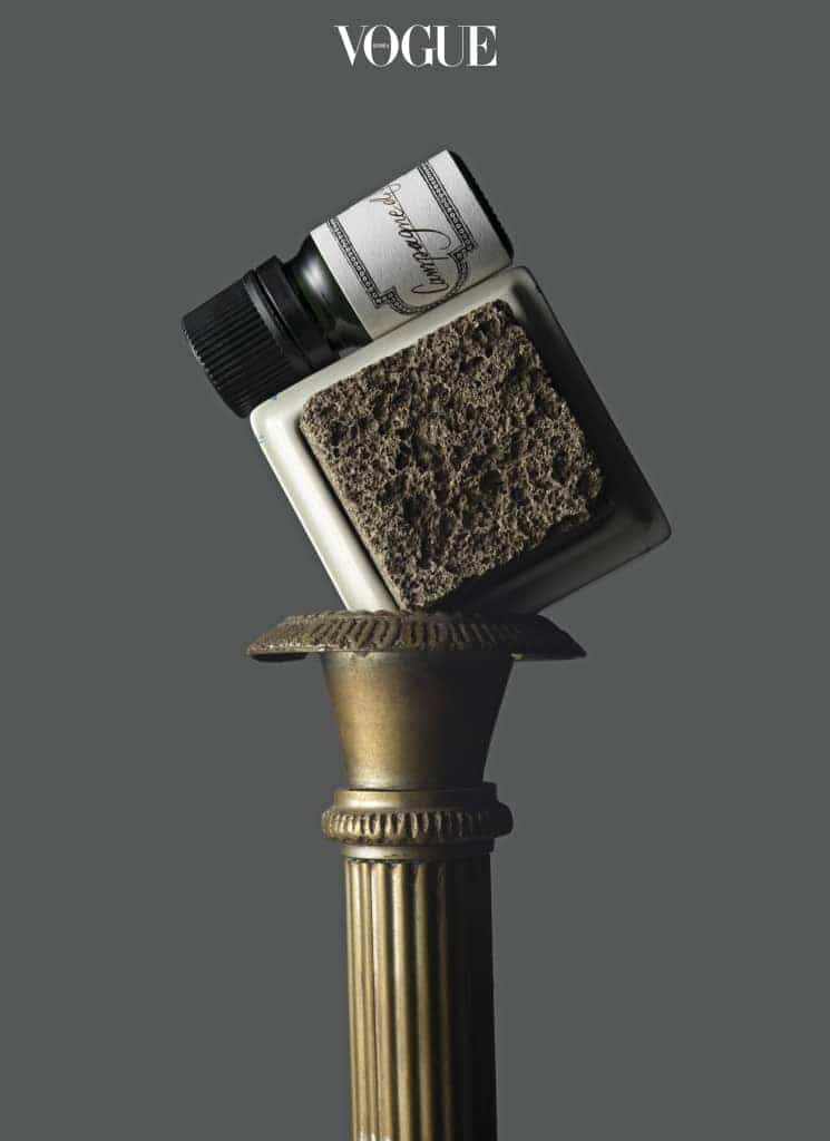 BULY 1803 'ALABAST STONE DIFFUSER'네모반듯한 세라믹 박스 안에 담긴 검정 돌의 정체는? 불리 1803 '알라바스트 스톤 디퓨저'. 세트 구성된 에센셜 오일을 톡톡 뿌려 쓰는 방식. 총 일곱 가지 향.