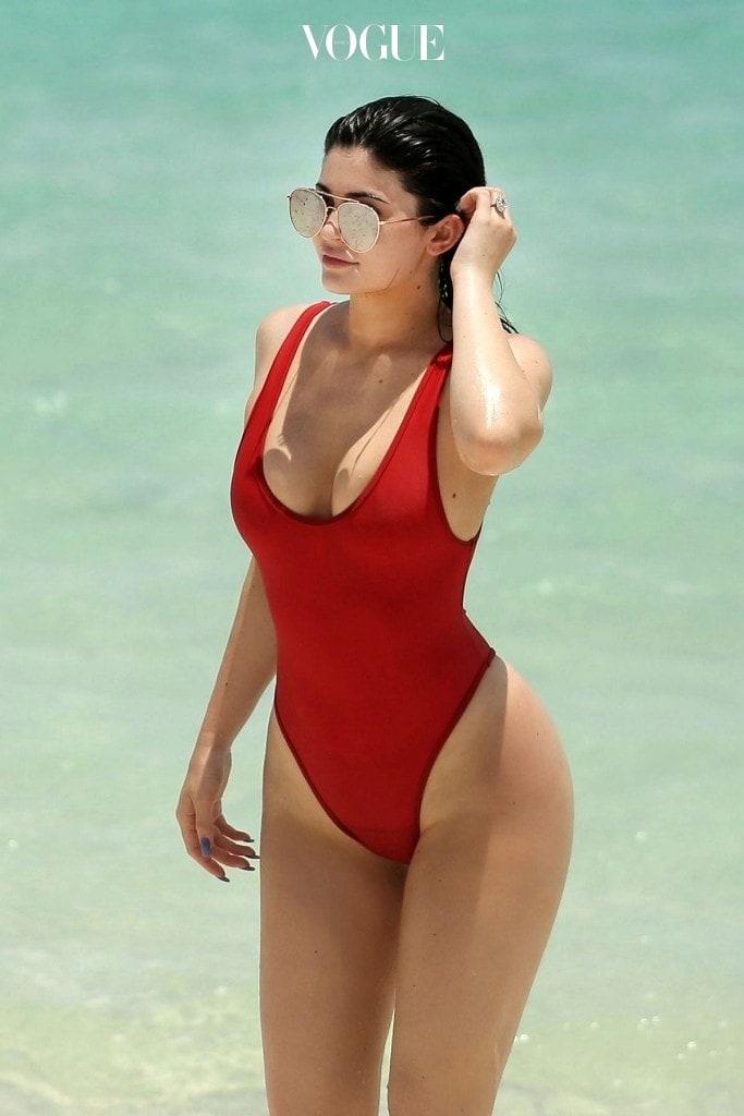 원피스 수영복과 비슷하지만 골반 위까지 길게 파인 비키니 라인이 특징이죠. 카일리 제너 Kylie Jenner