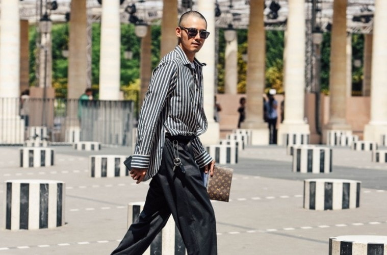 Paris Day3  쇼가 끝난 후 팔레 로얄 광장을 걸어나오는 중. 다니엘 뷰렌(Daniel Buren)의 작품과 셔츠가 우연한 매치를 이뤘다. (Captured by Tommy Ton)