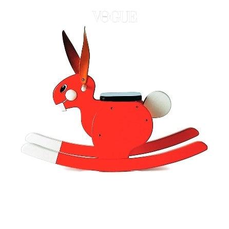 새빨간 토끼 모양으로 만든 흔들 의자는 플레이샘(Playsam).