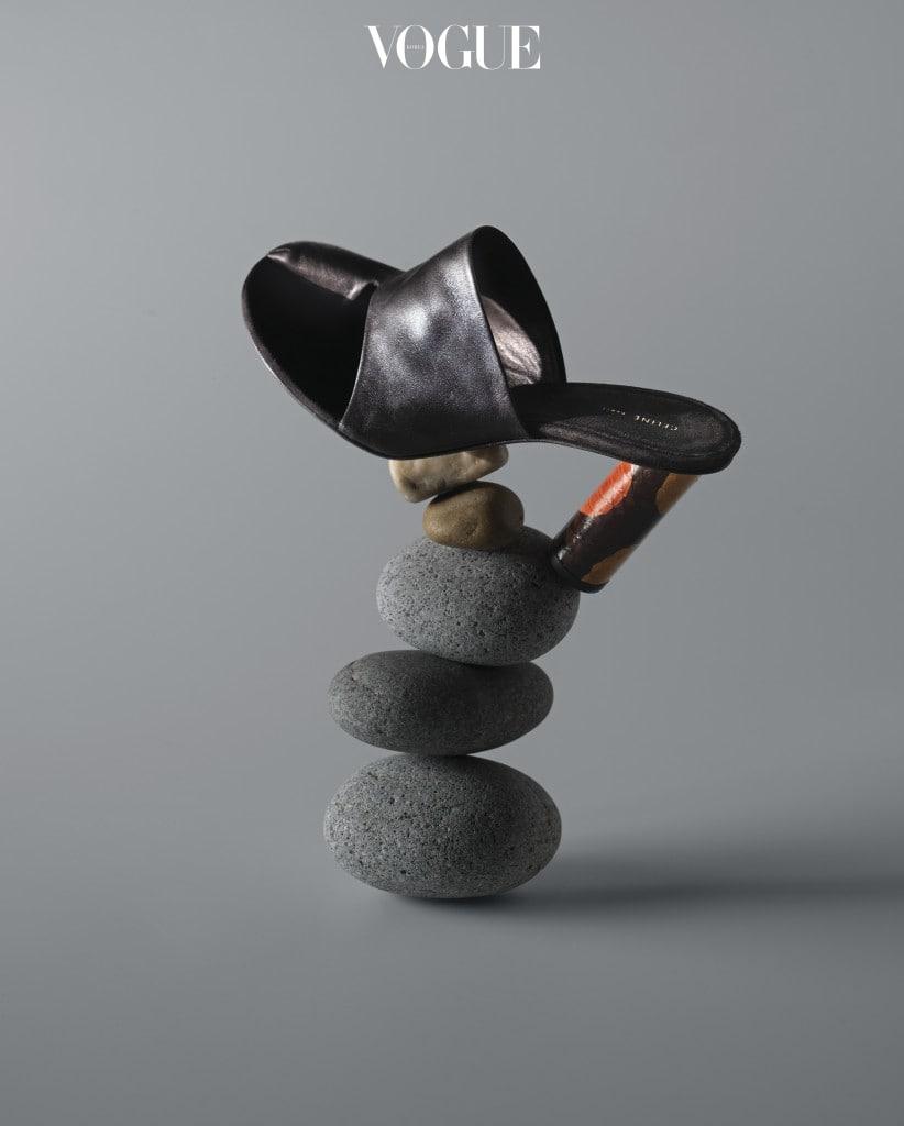 엄지발가락 부분을 가죽으로 감싼 독특한 디자인. 셀린(Céline)의 검정 가죽 뮬은 비단뱀 가죽 굽이 특징.