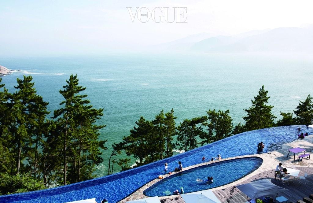 남해를 맞닿은 메인 인피니티 풀. 쉘 하우스 이용 고객들은 수영장에 무료로 입장할 수 있다.